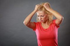 Betonte, frustrierte, deprimierte junge Frau in den Schmerz Lizenzfreies Stockbild