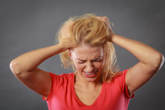 Betonte, frustrierte, deprimierte junge Frau in den Schmerz Stockbilder