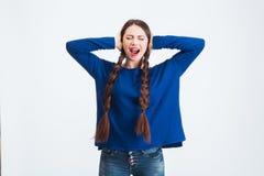 Betonte frustrierte Frau bedeckte Ohren, indem sie Hand und schrie Stockfoto