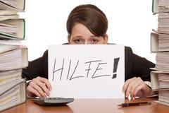 Betonte Geschäftsfrau benötigt Hilfe, Arbeit zu handhaben stockbild