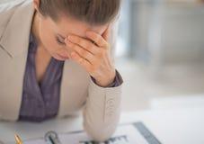 Betonte Geschäftsfrau im Büro Lizenzfreies Stockfoto