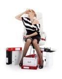 Betonte Geschäftsfrau im Stuhl über Weiß Stockfoto