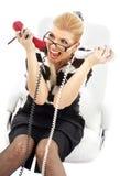 Betonte Geschäftsfrau im weißen Stuhl Lizenzfreie Stockfotografie