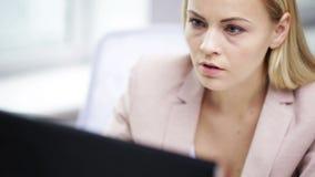 Betonte Geschäftsfrau mit Computer im Büro stock video