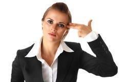 Betonte Geschäftsfrau mit der geformten Hand der Gewehr Lizenzfreie Stockfotografie