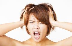 betonte junge Frau, die Haar herauszieht Stockbilder