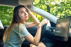 Betonte junge Frau gestört über Verkehr lizenzfreies stockbild