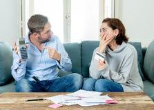 Betonte junge Paare, die ein Argument über Kreditauto-Schuldzahlungen und Hauptfinanzierung haben lizenzfreies stockfoto