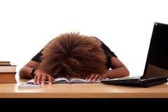 Betonte junge schwarze Frau, sitzend an einem Tisch Stockbilder