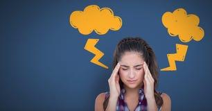 Betonte Kopfschmerzenfrau mit Blitz kritzelt auf blauem Hintergrund Stockfotos