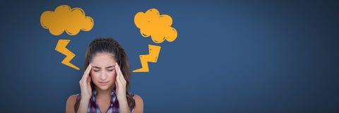 Betonte Kopfschmerzenfrau mit Blitz kritzelt auf blauem Hintergrund Lizenzfreie Stockfotos