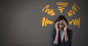 Betonte Kopfschmerzenfrau mit Gelb kritzelt auf grauem Hintergrund Lizenzfreie Stockbilder