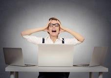 Betonte nervöse Geschäftsfrau in ihrem Büro stockfotos