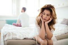 Betonte Paare, die Heiratprobleme argumentieren und haben lizenzfreie stockbilder