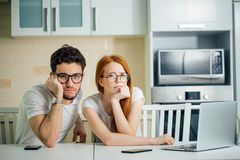 Betonte Paare in Schwierigkeiten, haben kein Geld, zum von Schulden zu zahlen, um Miete zu zahlen Lizenzfreie Stockfotografie