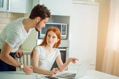 Betonte Paare in Schwierigkeiten, haben kein Geld, zum von Schulden zu zahlen, um Miete zu zahlen Lizenzfreie Stockbilder