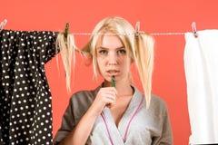 Betonte Retro- Hausfrau Mädchen- oder Hausfrausorgfalt über Haus Mehrprozeßmutter Ausführung von verschiedenen Haushalts-Aufgaben stockfotografie