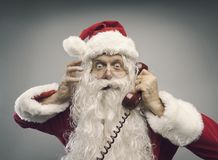 Betonte Santa Claus am Telefon lizenzfreie stockfotos