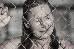 Betonte schreiende Frau am Gefängniszaun Lizenzfreie Stockfotografie