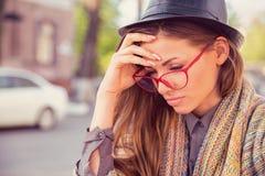 Betonte traurige Frau, die draußen sitzt Stadtleben in der stadt-Artdruck stockfotos