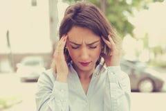 Betonte traurige junge Frau, die draußen steht StadtLebensstilsdruck Stockfotos