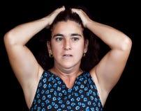 Betonte und deprimierte Frau getrennt auf Schwarzem Lizenzfreie Stockfotos