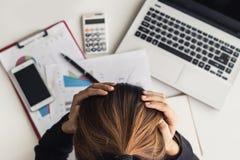 Betonte und frustrierte asiatische Geschäftsfrau stockfoto