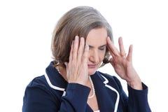 Betonte und lokalisierte ältere Frau, die Kopfschmerzen oder Probleme hat Stockfotografie