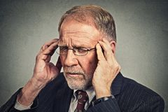 Betonter älterer Mann, der hinunter trauriges deprimiertes, allein, enttäuscht schaut Stockfotos