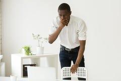 Betonter Afroamerikaner entsetzt durch negative Geschäftsergebnisse Stockfotos
