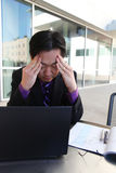 Betonter asiatischer Geschäftsmann Stockfotos