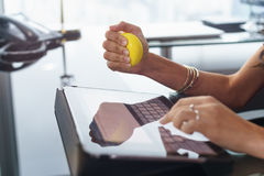 Betonter Büroangestellter mit Antidruckball schreibt E-Mail Stockfotos