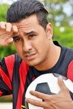 Betonter erwachsener Mannesfußball-Spieler stockfotografie