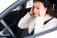 Betonter Fahrer der jungen Frau in einem Auto Stockfoto