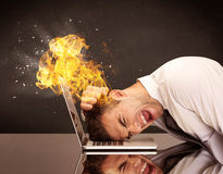 Betonter Geschäftsmännerkopf brennt Stockfoto