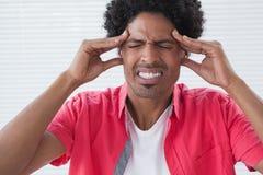 Betonter Geschäftsmann, der Kopfschmerzen erhält Lizenzfreies Stockbild