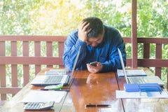 Betonter Geschäftsmann, der Probleme und Kopfschmerzen, fehlerhaftes adm hat Stockfoto