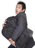 Betonter Geschäftsmann, der w-Gepäck laufen lässt Stockfotografie