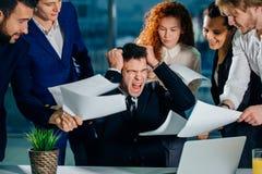 Betonter Geschäftsmann im Büroschrei, Umkippen mit Angestellten bitten um Aufmerksamkeit stockbilder