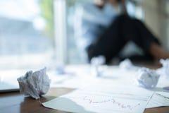 Betonter Geschäftsmann mit Kopf in den Händen im Büro, Unternehmenszusammenbruchkonzept, verwischte Hintergrund lizenzfreie stockfotos