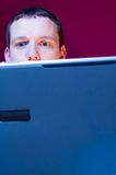 Betonter Geschäftsmann mit Laptop Stockbilder