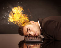 Betonter Geschäftsmann ` s Kopf brennt Stockfotos