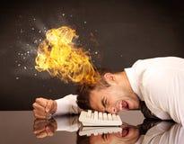Betonter Geschäftsmann ` s Kopf brennt Stockfotografie