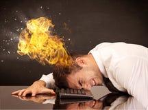 Betonter Geschäftsmann ` s Kopf brennt Stockfoto