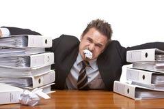 Betonter Geschäftsmann wird im Büro frustriert lizenzfreie stockbilder