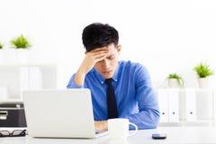 Betonter Geschäftsmann im Büro Stockfoto