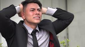 Betonter hübscher erwachsener hispanischer Mann stock video