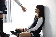 Betonter Jugendlichstudent, der auf dem Boden sitzt stockfotos