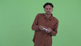 Betonter junger afrikanischer Mann, der Spiele und das Verlieren spielt stock video