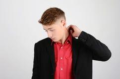 Betonter junger Geschäftsmann, der unten schaut. Lizenzfreie Stockbilder
